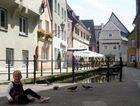 Eine kleine Taubenfüttererin in der Memminger Altstadt