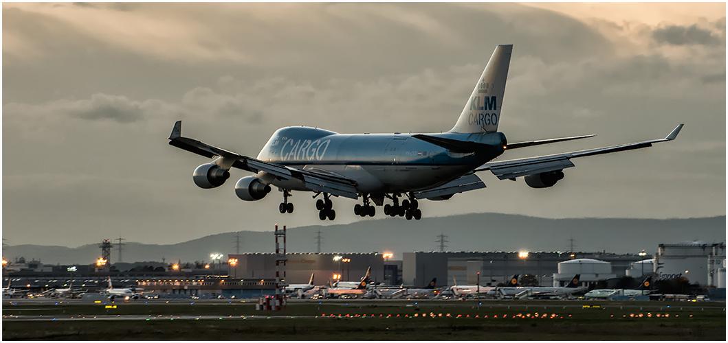 Eine KLM CARGO landet
