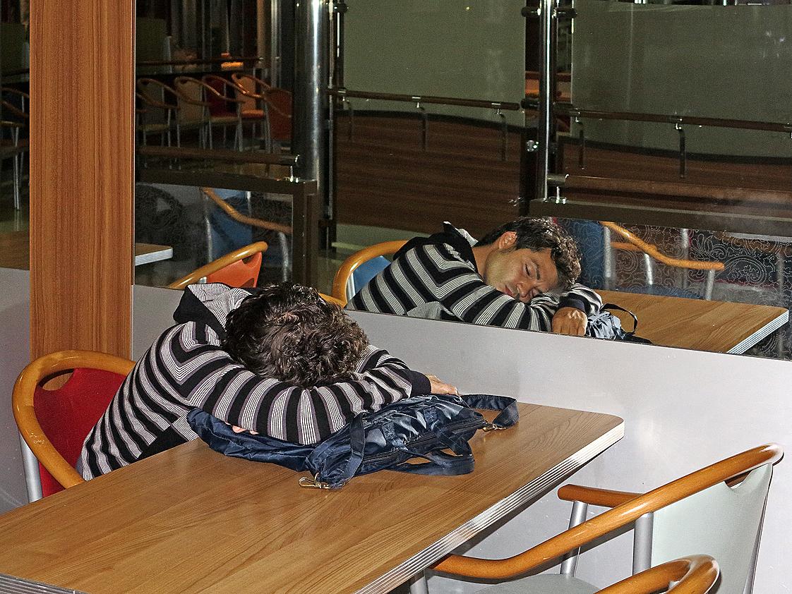 Eine lange und langweilige Nacht auf der Fähre / Una notte lunga e noiosa a bordo del traghetto (1)