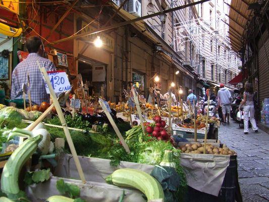 Eine Marktstraße in Palermo