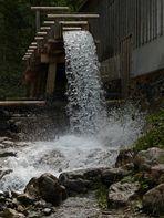 Eine Menge Wasser auf der Mühle