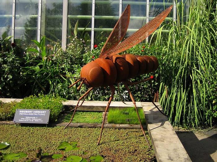 Eine menschengroße Fliege