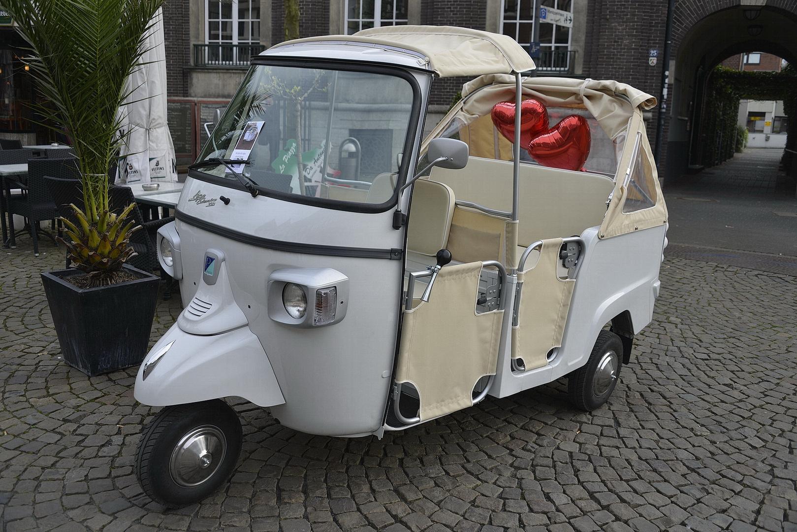Eine (moderne) weiße Hochzeitskutsche ...