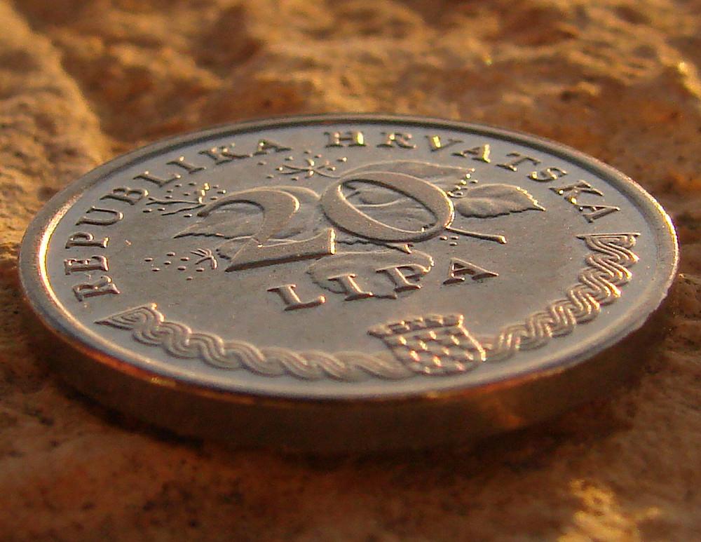 Eine Münze beim Sonnenuntergang