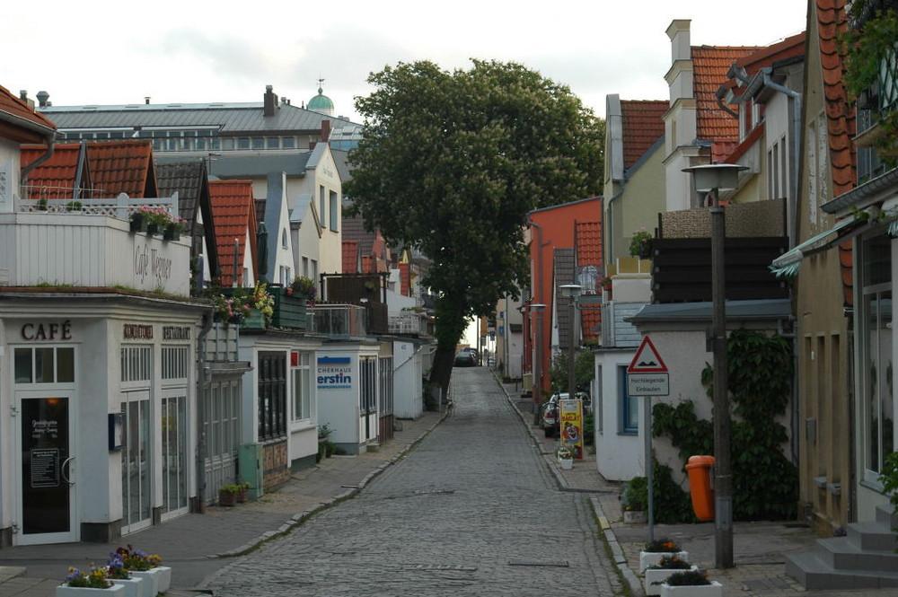 Eine nette kleine Seitenstrasse morgens in Warnemünde.