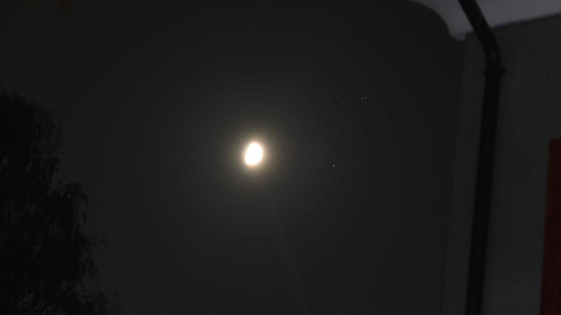 eine nicht gelungene Mondaufnahme mit der Fujix10