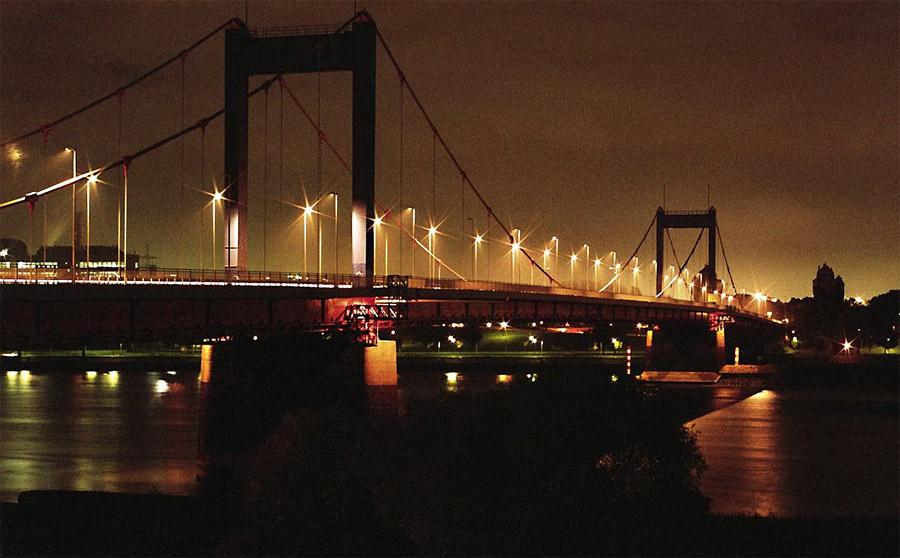 Eine Rheinbrücke in der Nacht