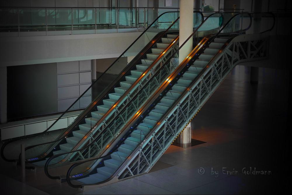 - eine Rolltreppe Flughafen Düsseldorf -