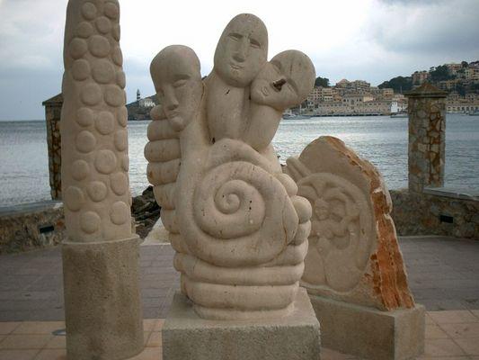 Eine schöne Skulptur ebenfalls direkt an der Bucht von Porto Soller auf Mallorca