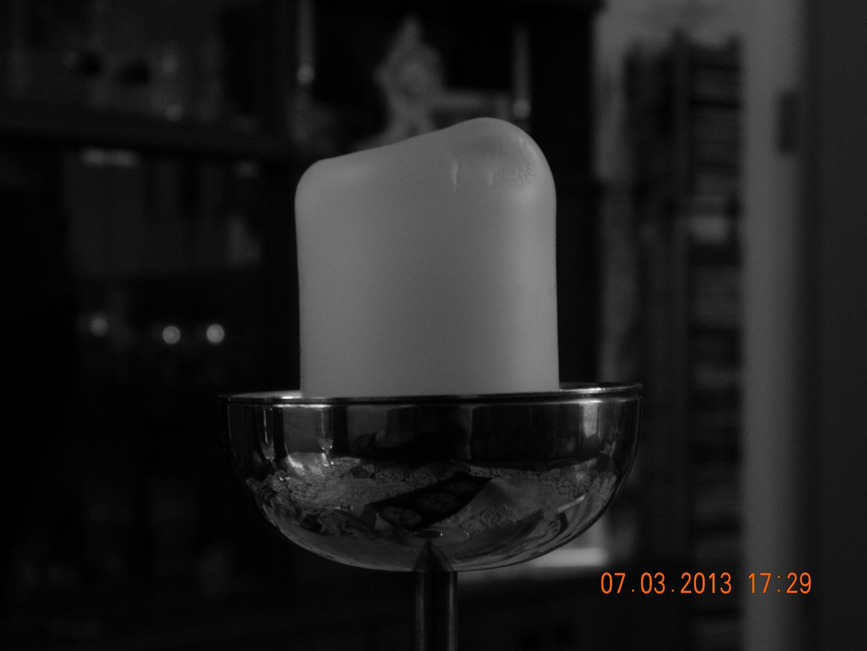 eine Schwarz-weiß Aufnahme von einer Kerze
