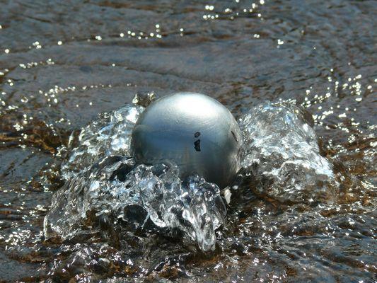 Eine Stahlkugel schwimmt?