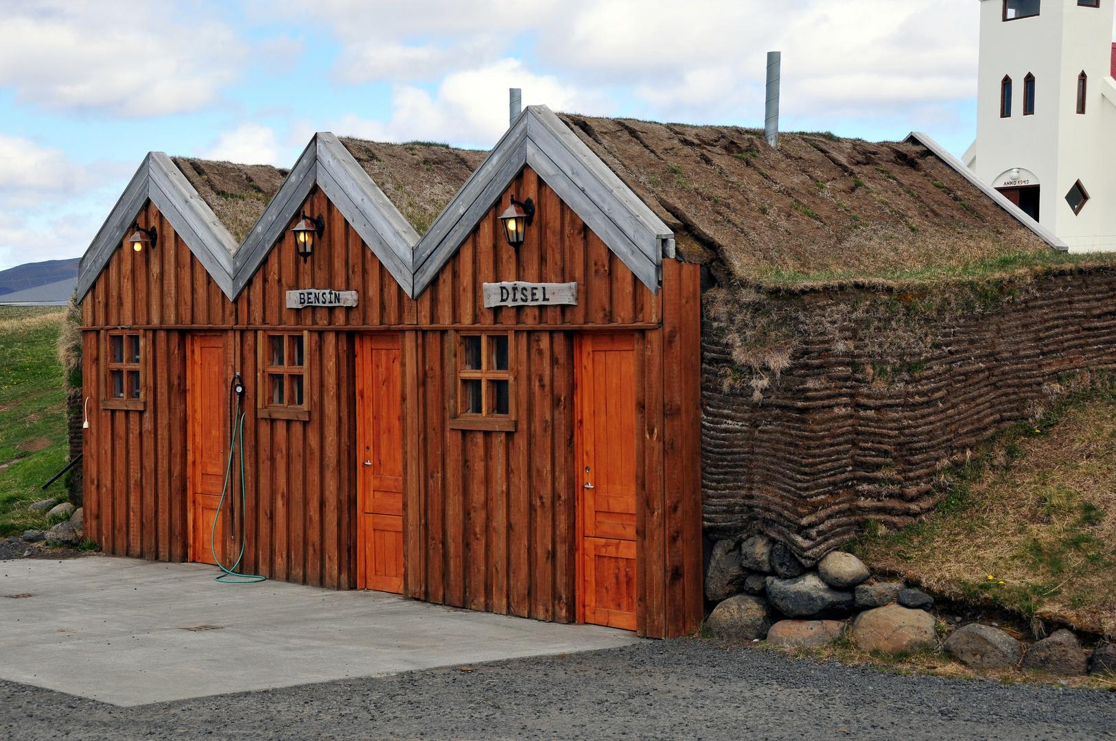 Eine Tankstelle in der Weite Islands - Achtung! Torfdach - Nicht rauchen!