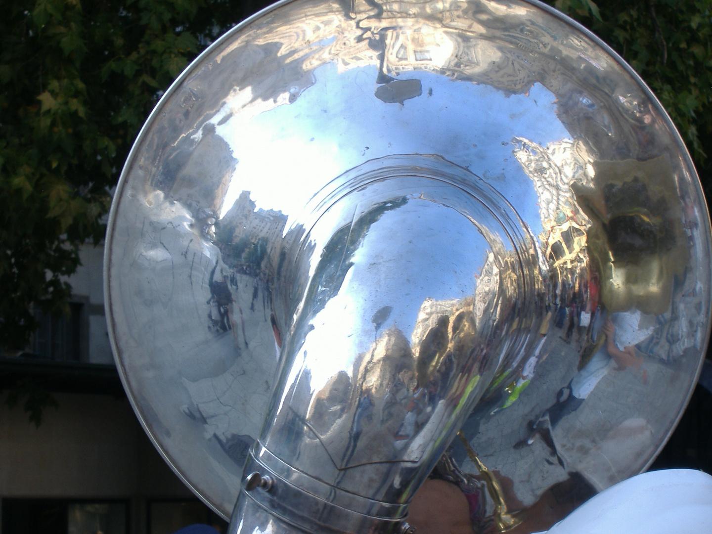 Eine Tuba der Band Fanfare Pistons