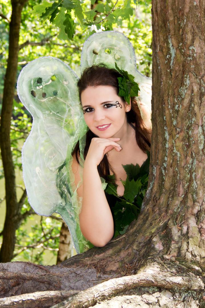 Eine Waldelfe im Zauberwald