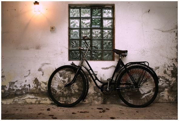 Eine Wand, an der ein Fahrrad lehnt.