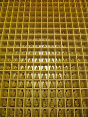 Eine Wand voller Buddhas ...