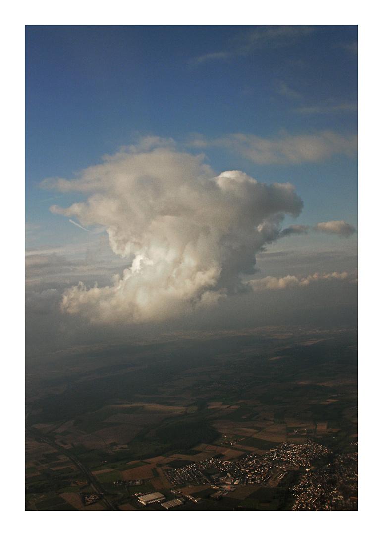 Eine Wolke über der Stadt