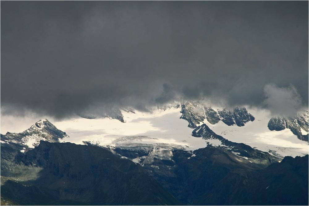 eine Wolkenwand verhüllt den Großglockner