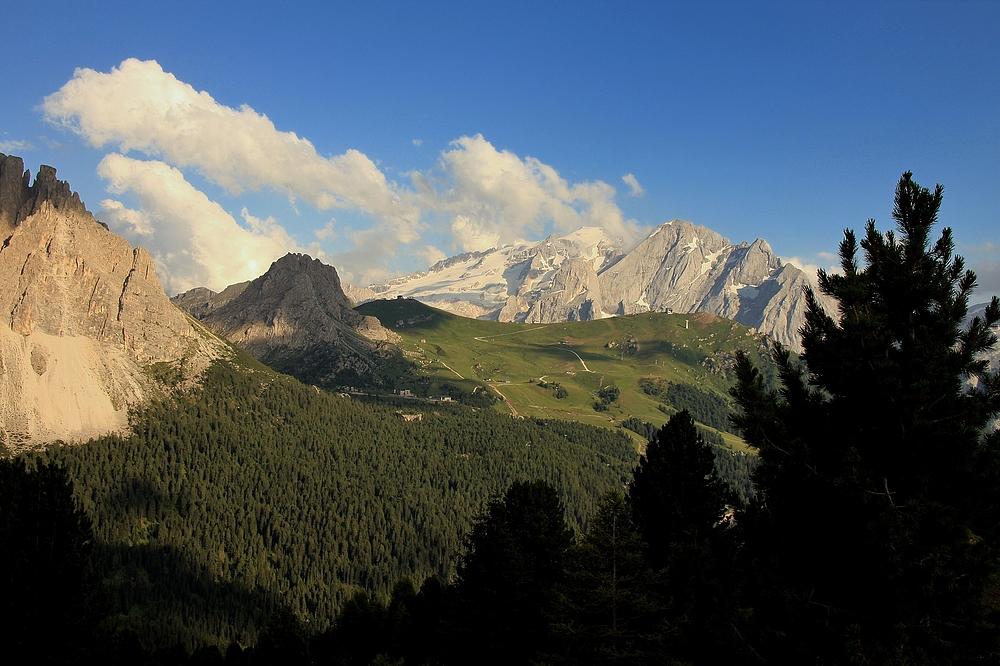 Einen herrlichen Blick hat man auf der großen Dolomitenstrasse zur Marmolata.