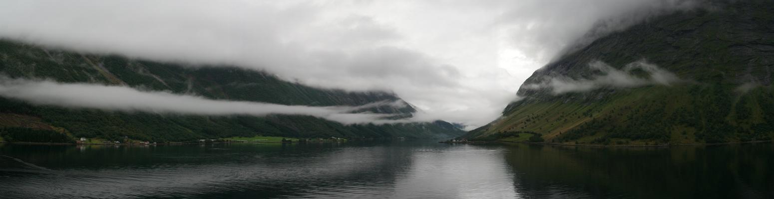 Einer der vielen Fjorde bei der Hurtigrutenreise