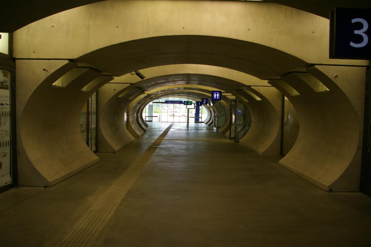 Einfach ein Betonklotz Bahnhof ohne irgendwas.