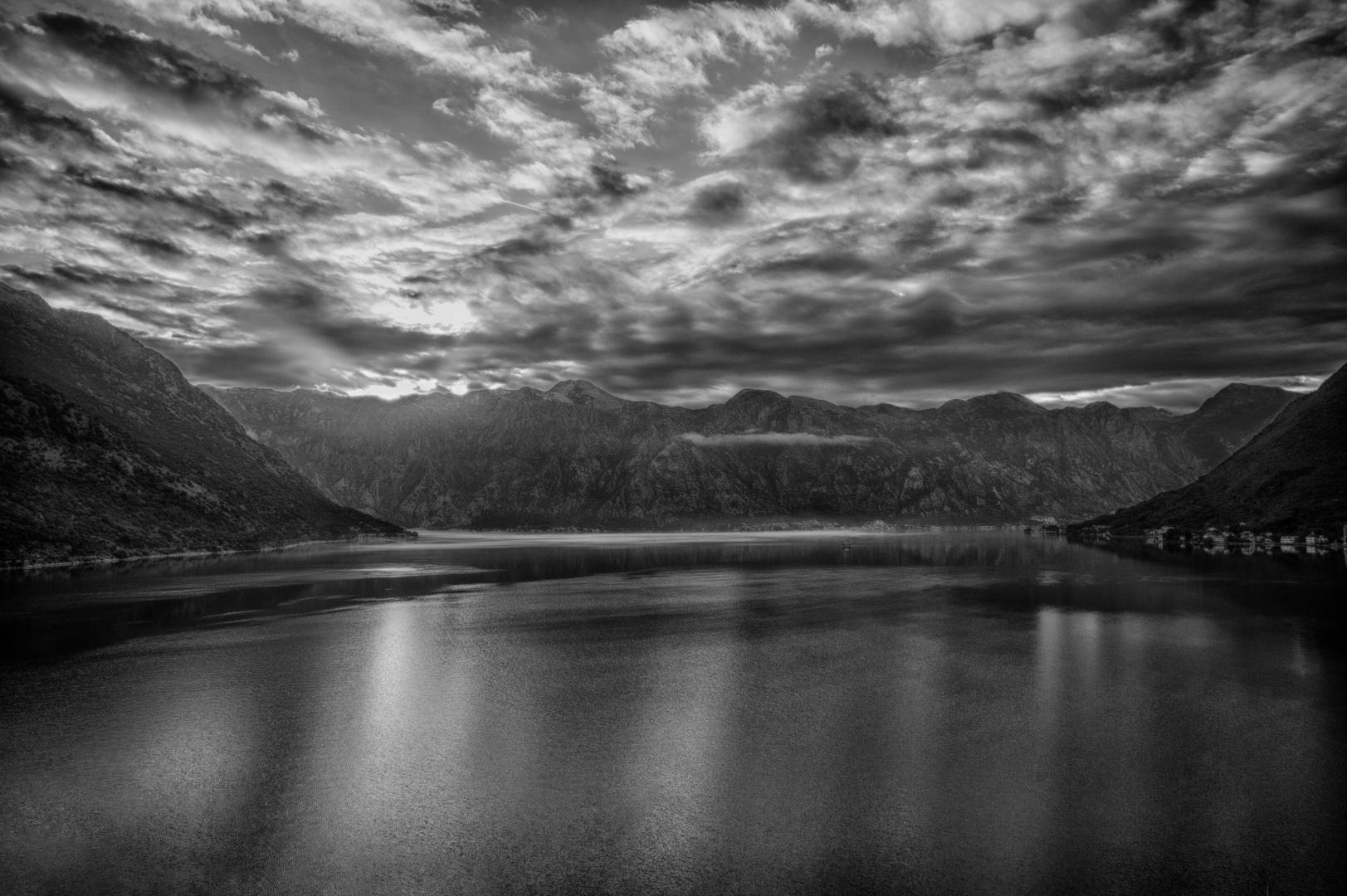 """Einfahrt in den """"Fjord"""" von Kotor"""