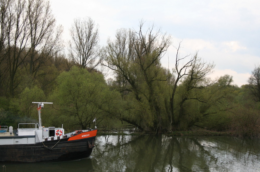 Einfahrt in den Neusser Rheinhafen