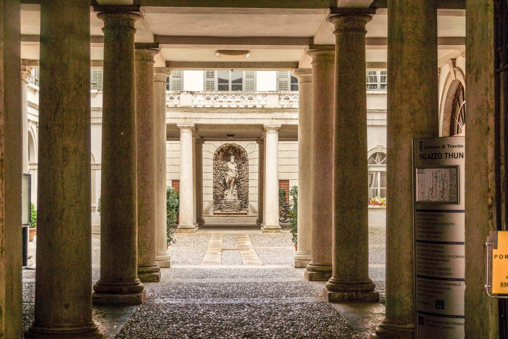 Eingang zum Palazzo Thun