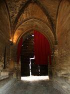 eingang zum papstpalast in avignon