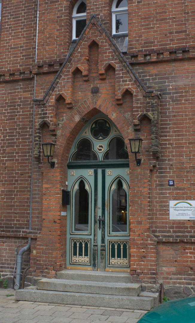 Eingang zum Regenbogenhaus, einem evangelischen Kindergarten in Neubrandenburg