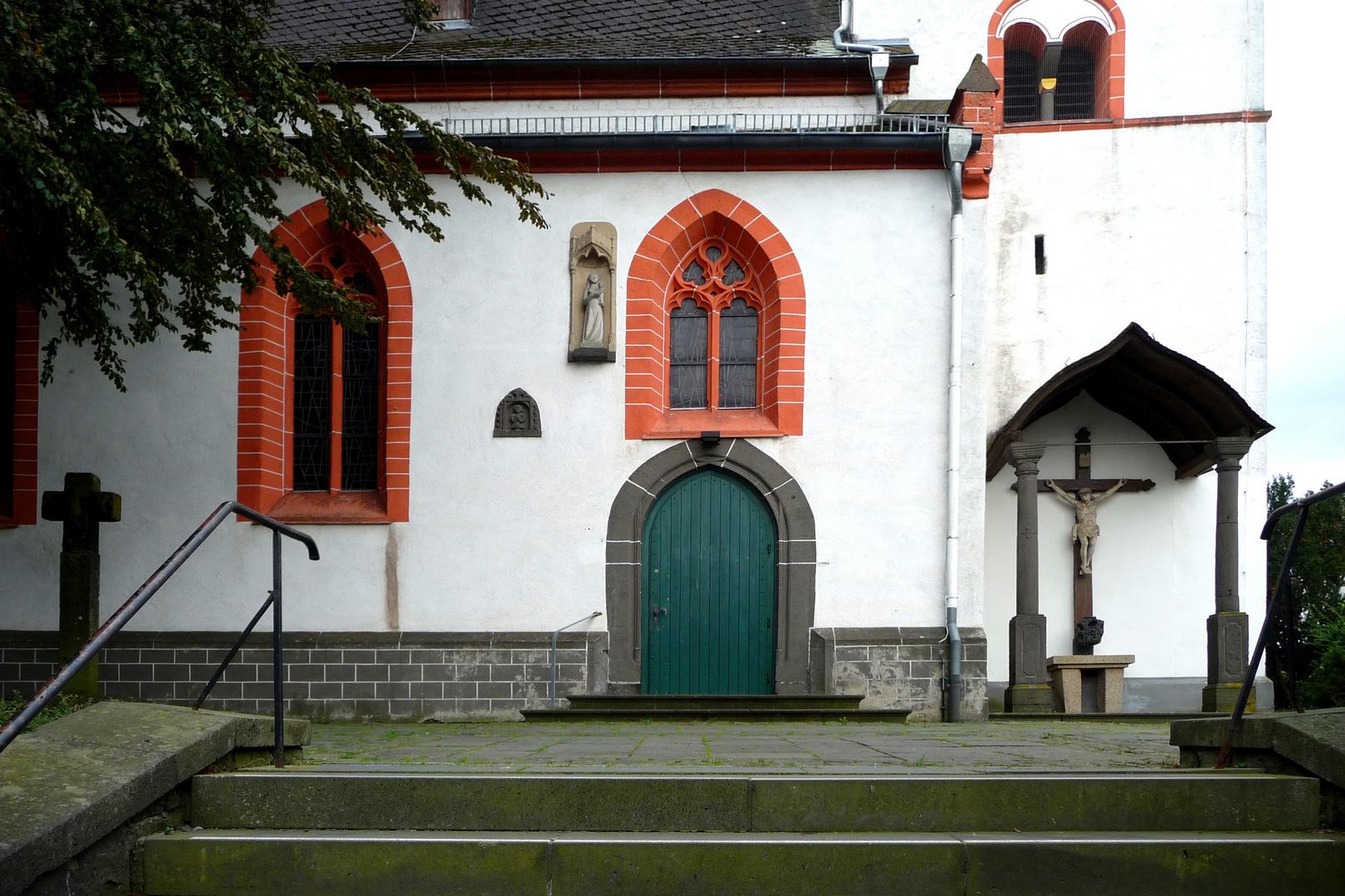Eingang zur Genovevakirche Obermendig / Eifel