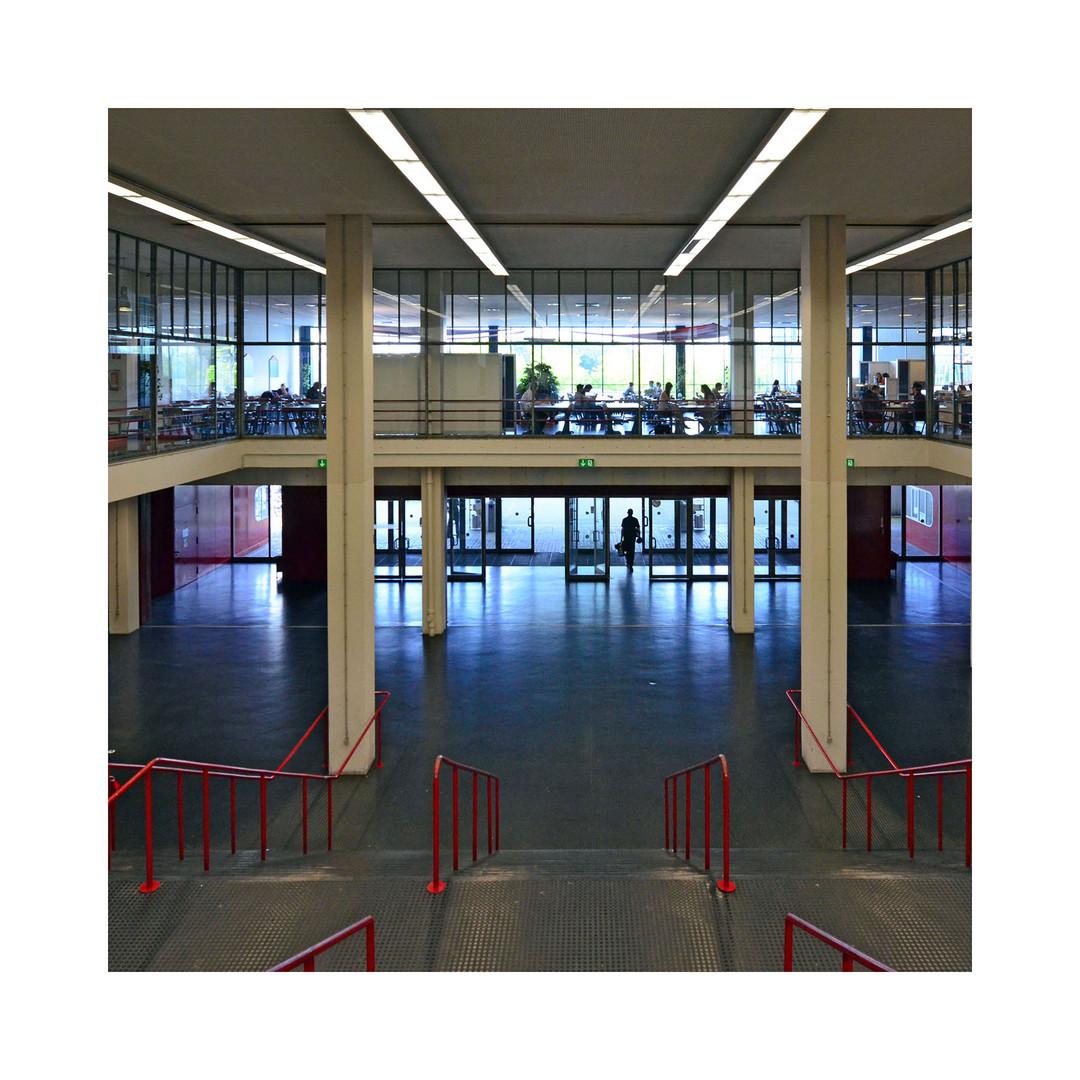 Eingangshalle und Treppenaufgang der Universität Bielefeld