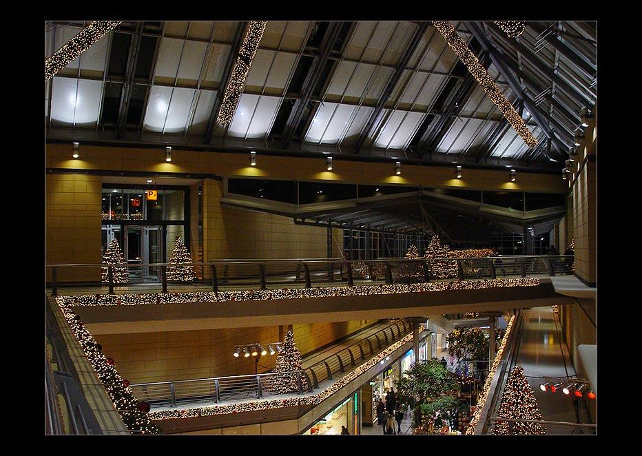 Einkaufscenter in weihnachtlicher Deko