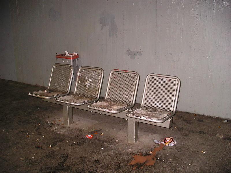 Einladende Sitzgelegenheit an einer S-Bahnstation