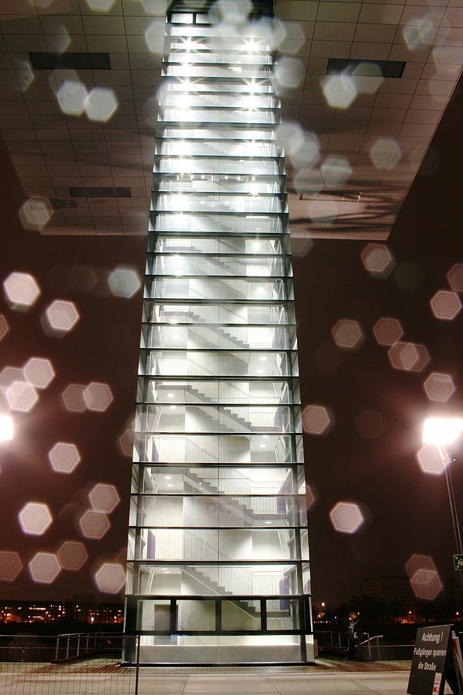 Eins der drei Kranhäuser in Köln mit Regentropfen auf der Linse (2)(24.02.2012)