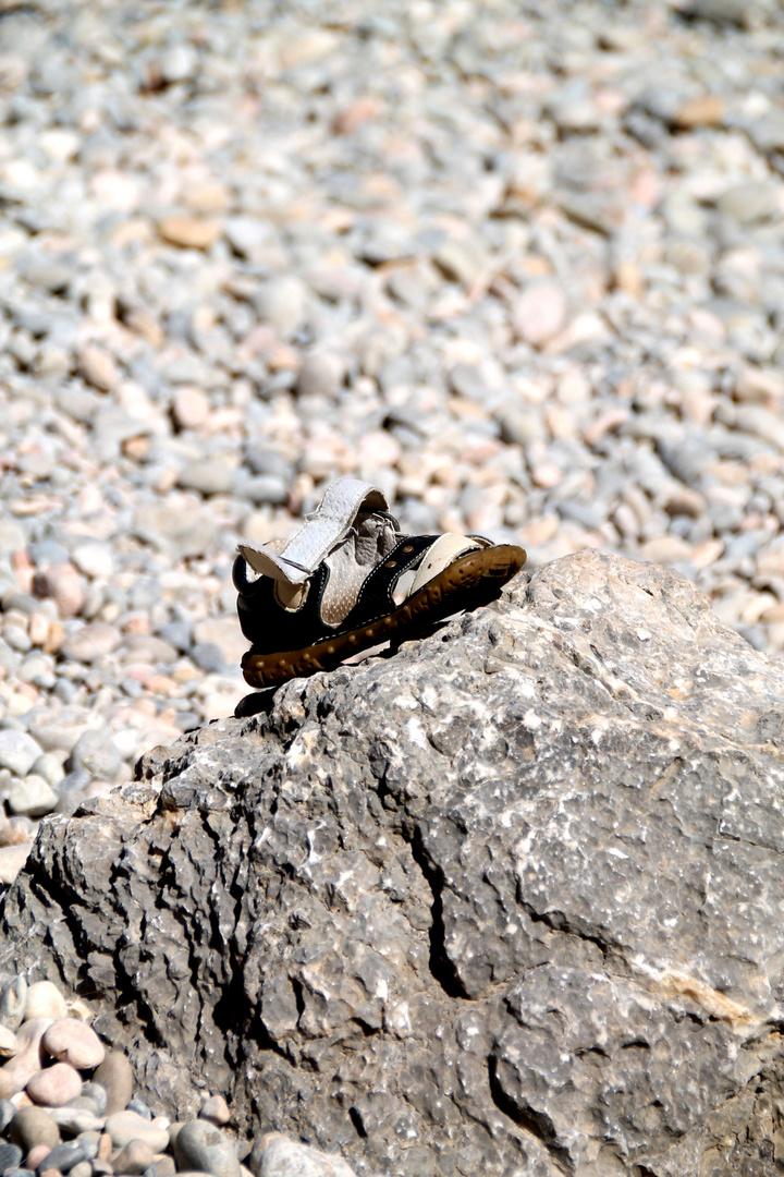 einsam auf einem stein