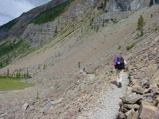 Einsame Wanderer am Berg Lake Trail