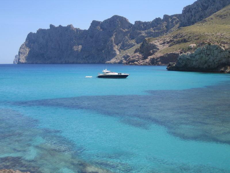 Einsame Yacht im Türkis - Wasser