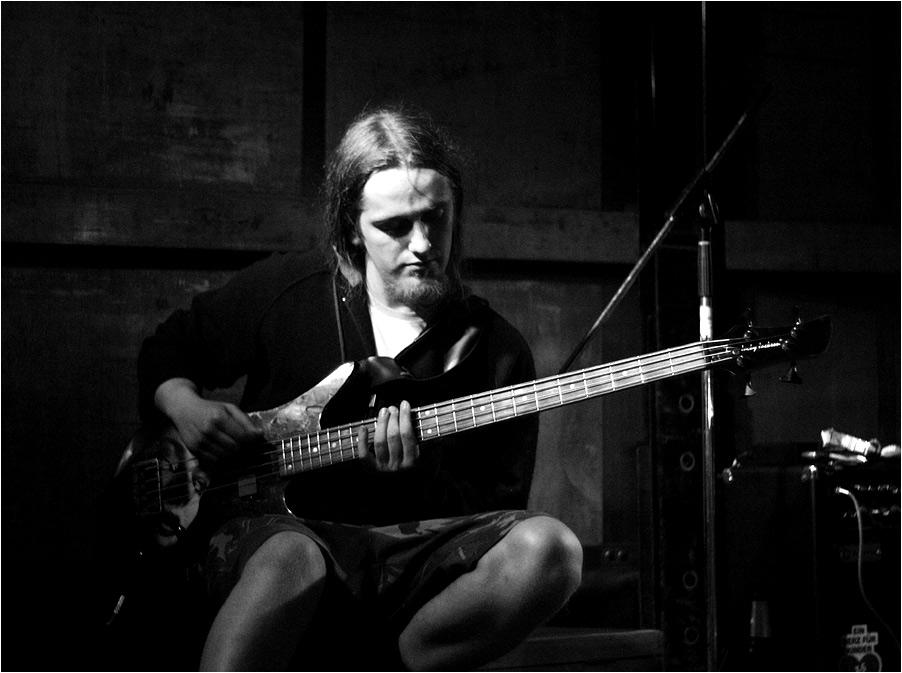 Einsamer Bassist