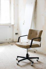 Einsamer Bürostuhl