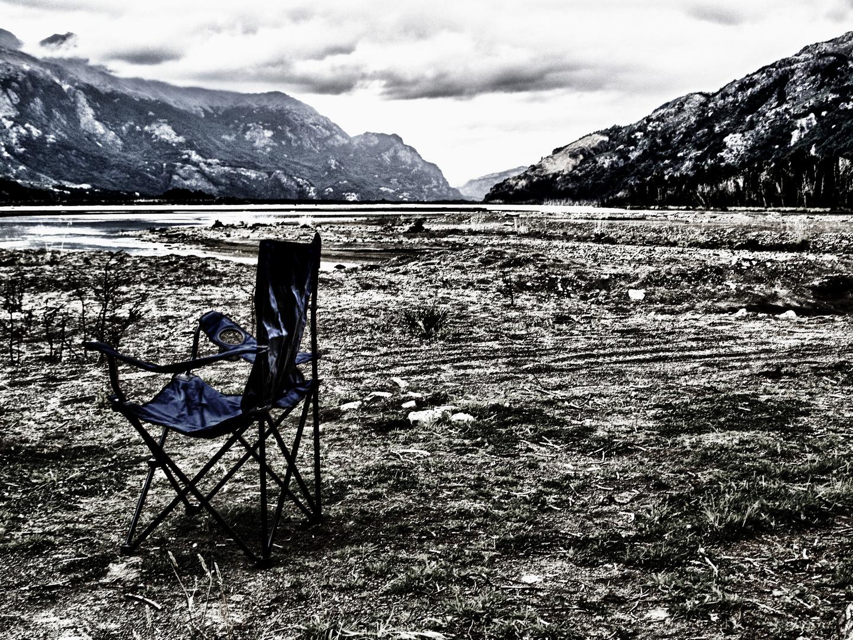 einsamer campingstuhl in patagonien ...