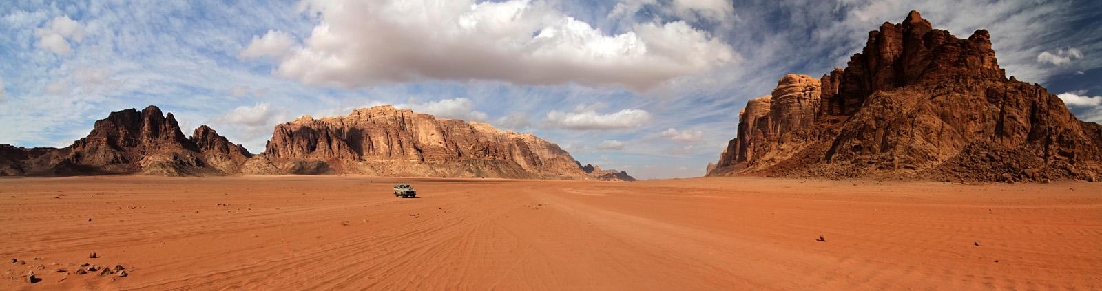 Einsamer Fahrer in Wadi Rum