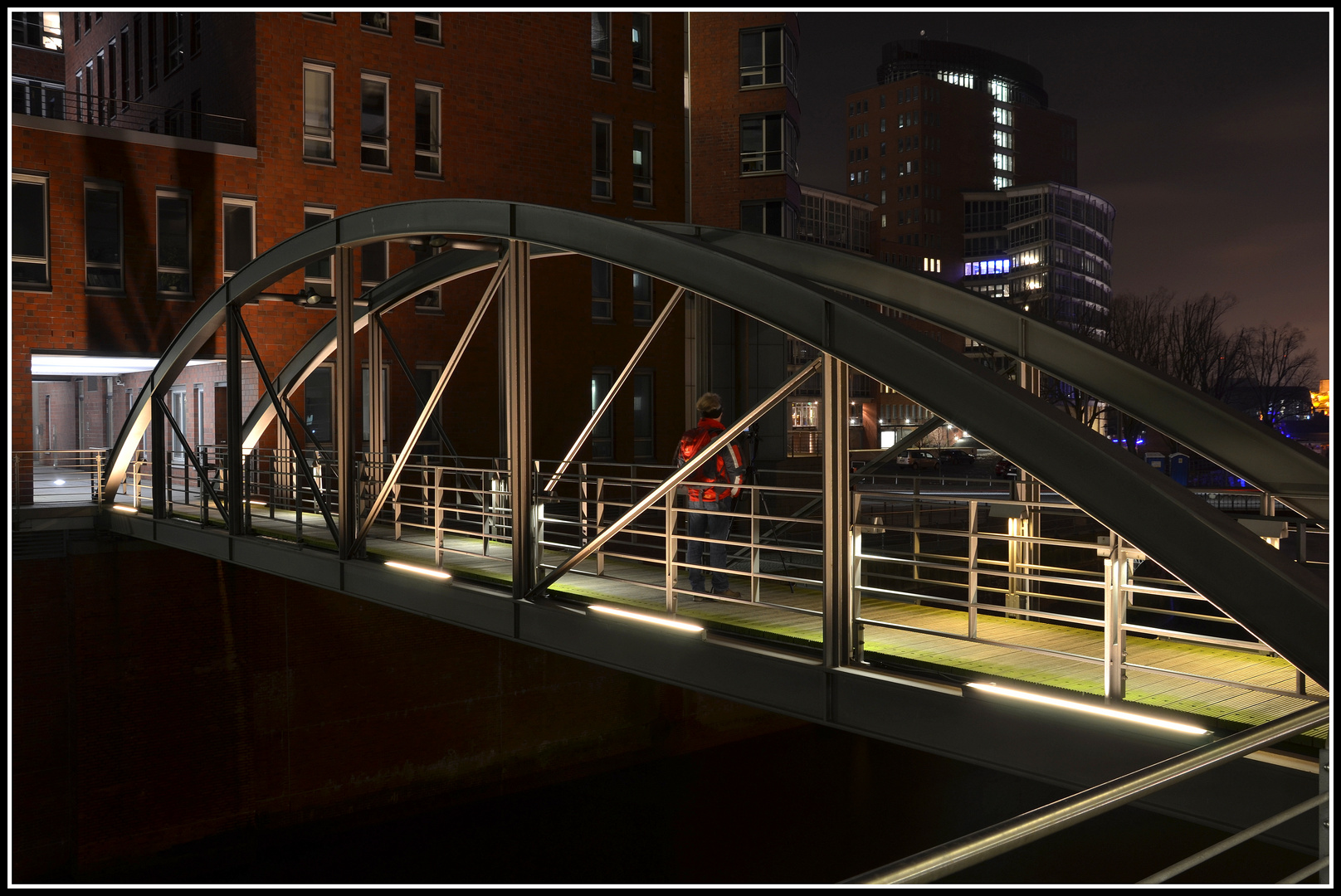 Einsamer Fotograf bei Nacht in der Hafen City - Hamburg - Deutschland