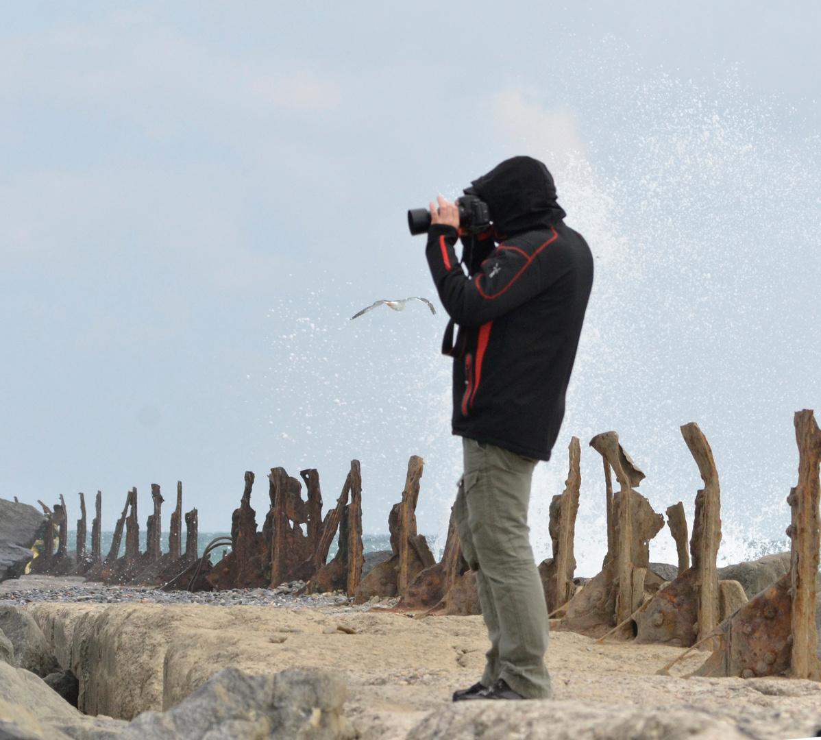 einsamer Fotograf im Sturm