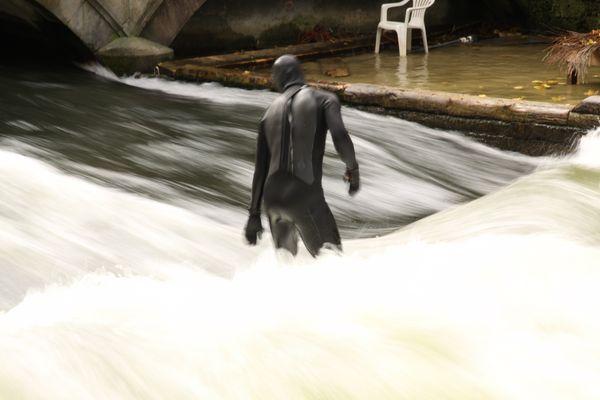 Einsamer Isar-Surfer im Oktober