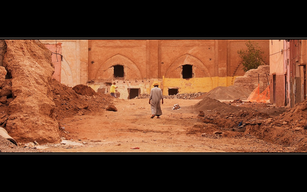 Einsamer Mann im Chaos von Marrakesh, Marokko 2010