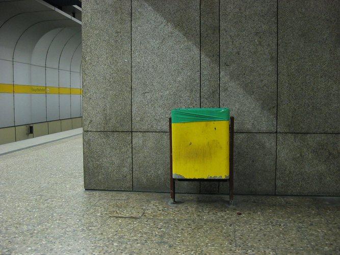 Einsamer Mülleimer