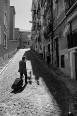 einsamer Reisende in Gasse Lissabon