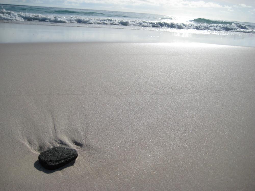 Einsamer Stein an einsamen Strand