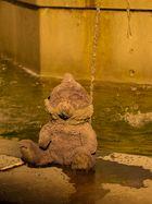 Einsamer Teddy am Brunnen